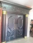 البوابه الملكيه المصنوعه من النحاس