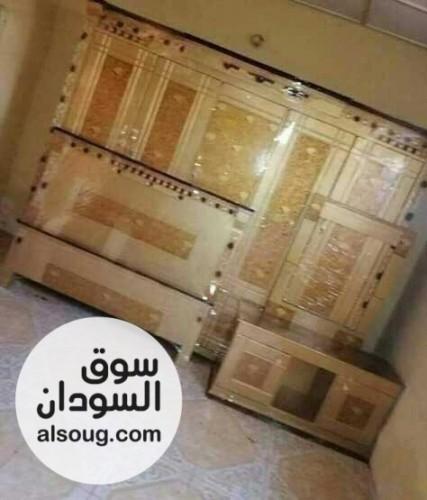 غرف نوم مكونه من (سرير دبل وكمدينات 2  ودولاب 5 ضلف وتسريحه وشماعه) - صورة رقم